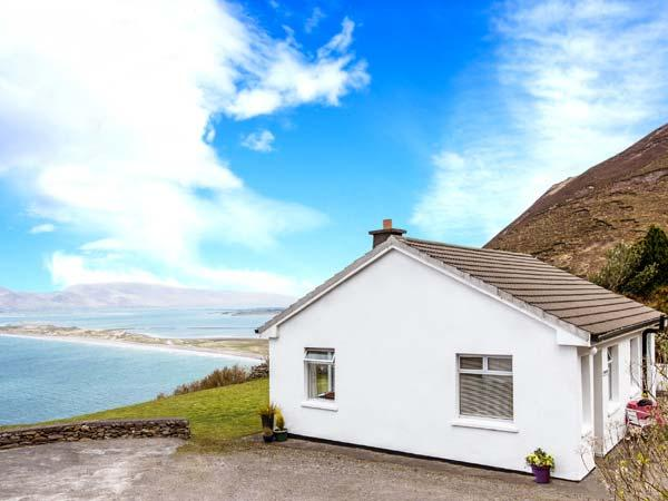MOUNT CARMEL, multi-fuel stove, glorious views of Rossbeigh Strand, patio with furniture, Ref 912291 - Image 1 - Glenbeigh - rentals