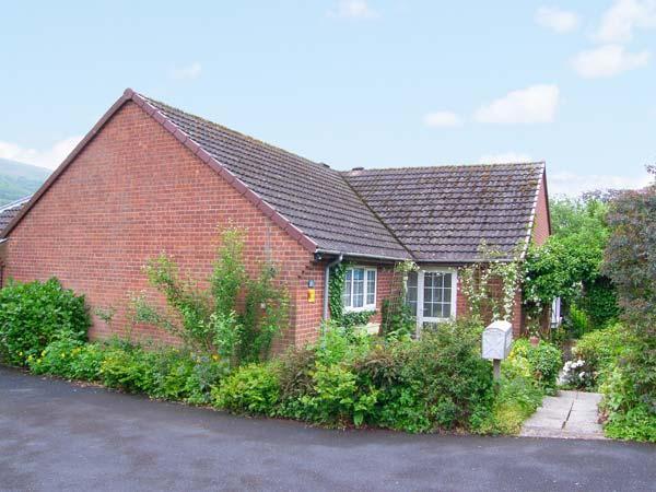SUNNY CORNER, WiFi, dogs welcome, fantastic location, ground floor cottage in Church Stretton, Ref. 20700 - Image 1 - Church Stretton - rentals