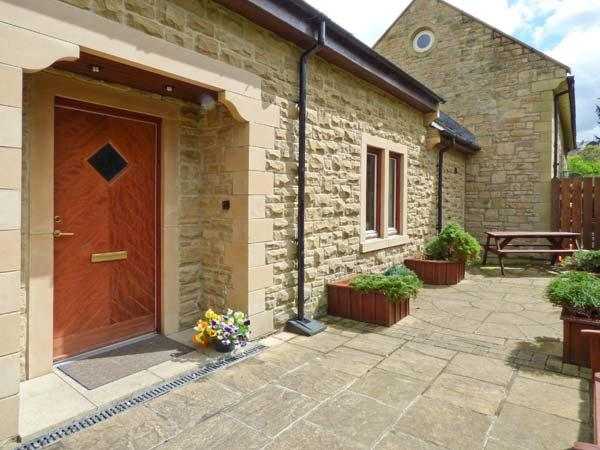 TULIP COTTAGE, cosy cottage with en-suite, games room, balcony, patio, Rothbury Ref 904908 - Image 1 - Rothbury - rentals