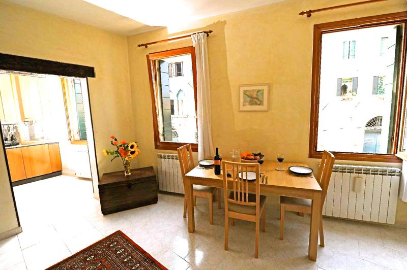 The living room and kitchen have three canal view windows - Casa della Sensa, on a tranquil backwater canal - Venice - rentals