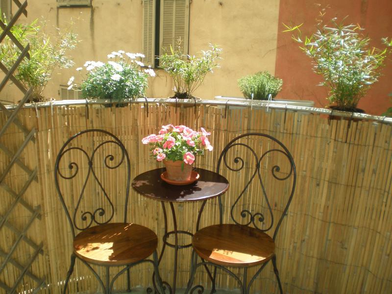 a small balcony for a breakfast for two - Château - delightful one bedroom apartment - Nice - rentals