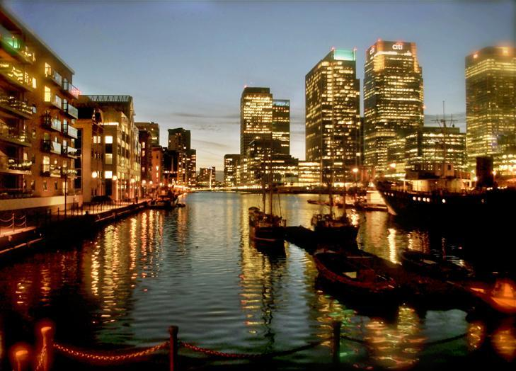canary wharf view at night - Spacious 2 Bed Apt With Water View In Canary Wharf - London - rentals