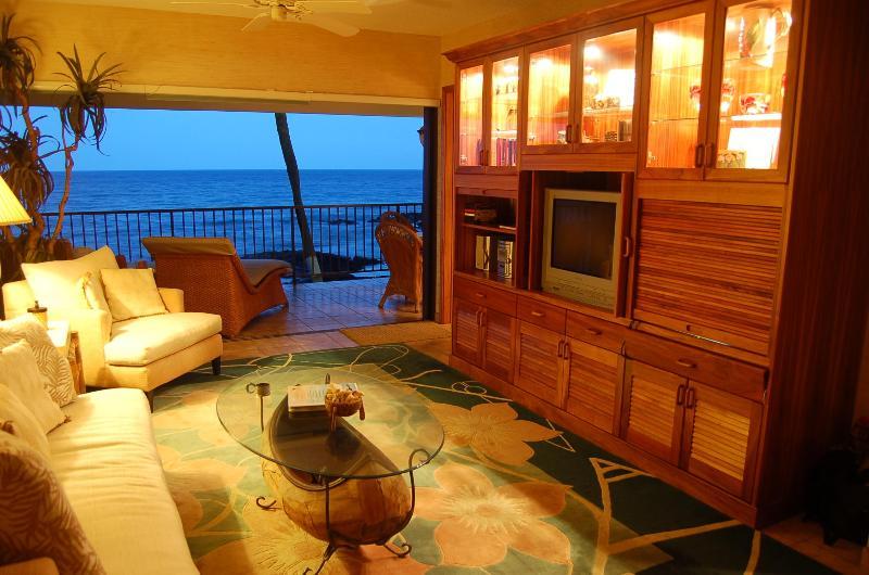 Living room with pocket lanai sliding doors - Beautiful Beachfront Vacation Rental Condo - Kailua-Kona - rentals