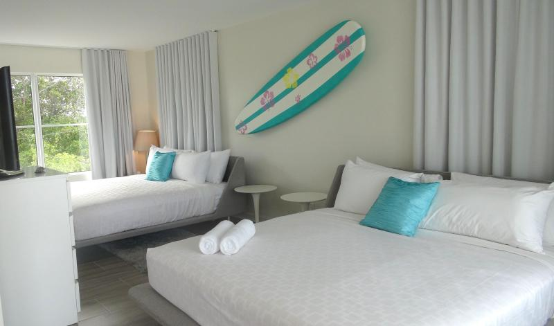 Beautiful one bedroom suite with 2 queen beds. Enjoy a comfortable nights sleep - Exquisite 1 Bdrm Suite, one block from the beach! - Fort Lauderdale - rentals