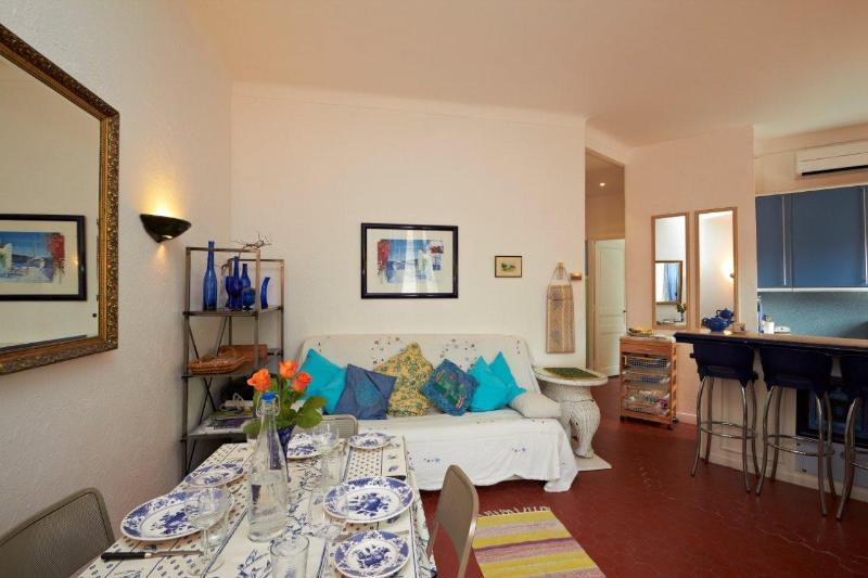 Dining area and double sofabed - Charming 2 room apartment in old town of Cannes - Cannes - rentals