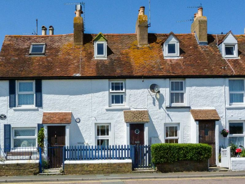 2 HOPE COTTAGES, garden, minutes from amenities and a mile form the beach in Ryde, Ref 22962 - Image 1 - Ryde - rentals