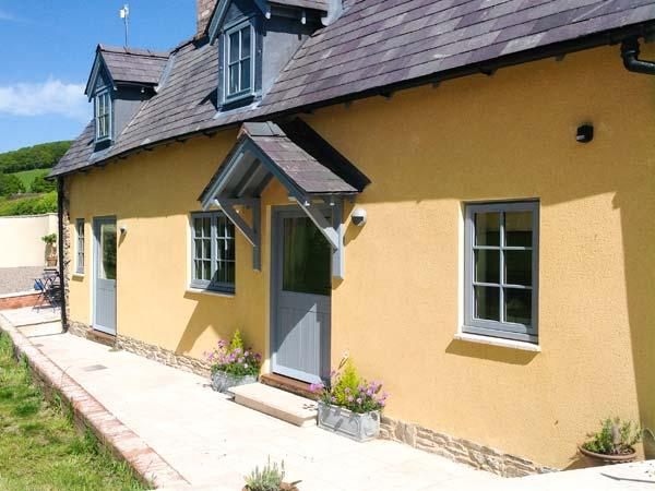 THE LEALANDS COTTAGE, detached, character cottage, multi-fuel stove, pub within walking distance, near Presteigne, Ref 905757 - Image 1 - Stapleton - rentals