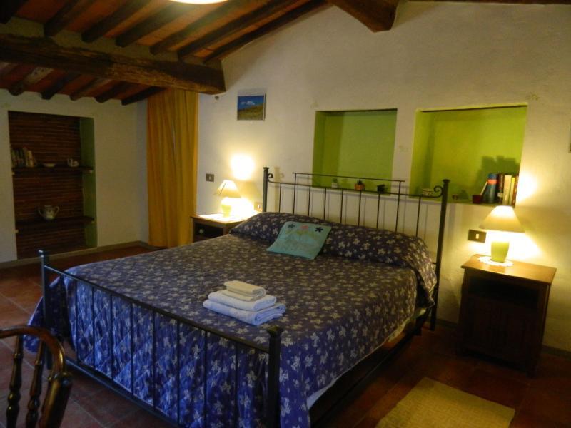 The elegant master bedroom - Delightful  cottage between Lucca, Pisa, Florence - Pescia - rentals