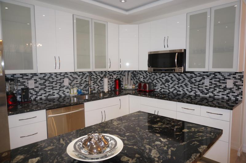 KITCHEN - Penthouse Remodeled 2 Br +Den 20TH FL SUNNY ISLES - Sunny Isles Beach - rentals