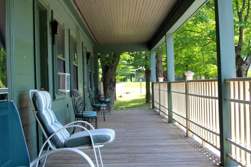 A big deck off every bedroom - Strawberry Villa - 7 bedrooms, 7 bath - sleeps 20! - Manchester - rentals