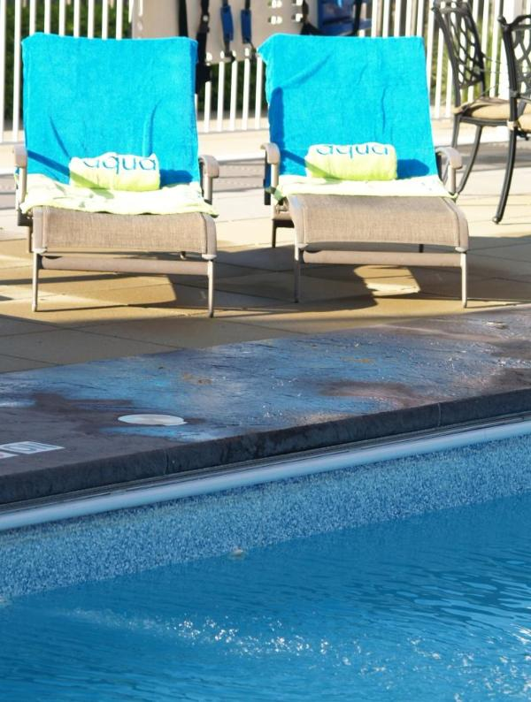 Shared outdoor pool with plenty of chairs and tables - aqua Postcard Perfect *7/10-7/31 $2150/wk POOL - New Buffalo - rentals