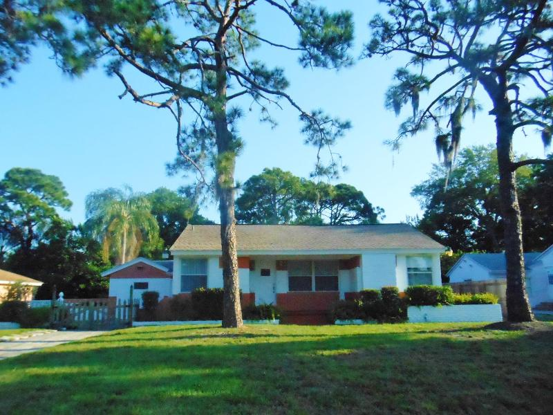 Bright and comfortable home, freshly painted inside and out, waiting for your arrival - Pool! Near Beaches! 3BD/2B House, big Florida room - Saint Petersburg - rentals