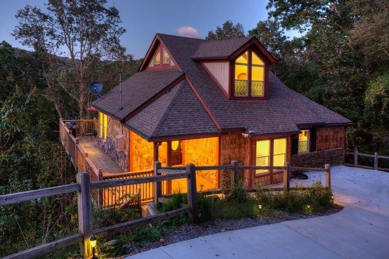 View of the chalet during sunset. - STUNNING AND LUXURIOUS MOUNTAIN CHALET - Ellijay - rentals