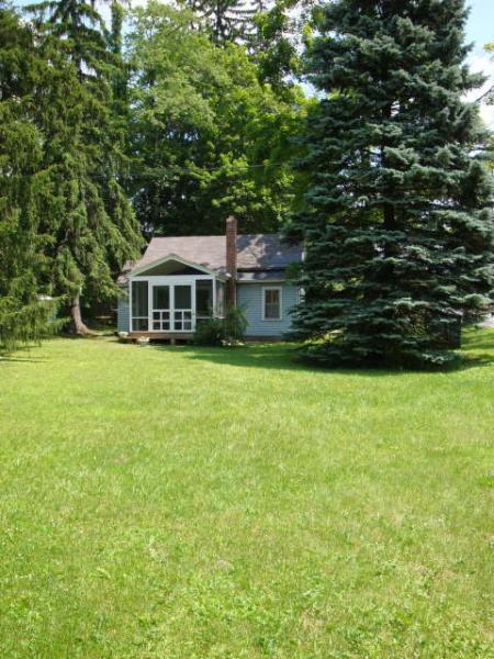 nice side lawn - little blue cottage lots of cute! 1 mile to stockbridge center . pet friendly! - Lee - rentals