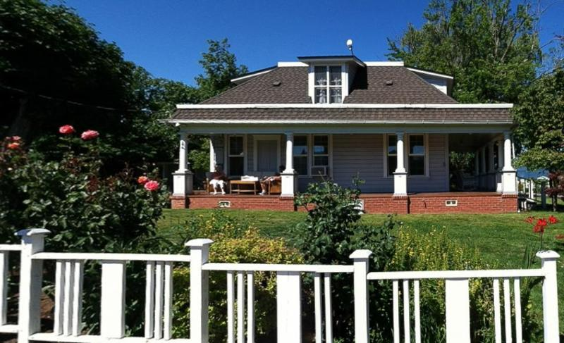 Conveniently located, pet-friendly home with porch! - Image 1 - Hood River - rentals