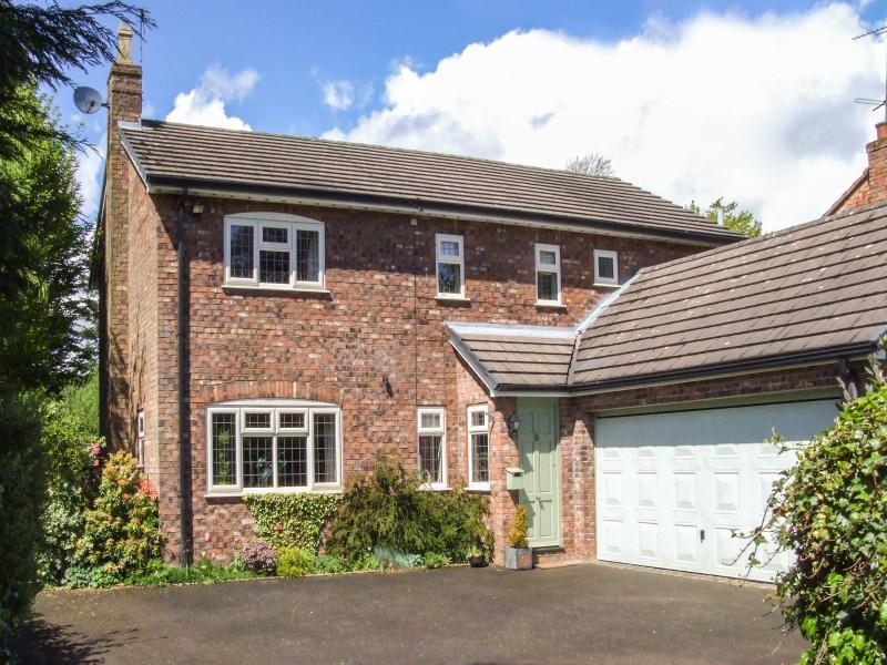 LINDEN HOUSE, family-friendly, open fire, lovely gardens, in Rushton Spencer, Ref 27392 - Image 1 - Rushton Spencer - rentals