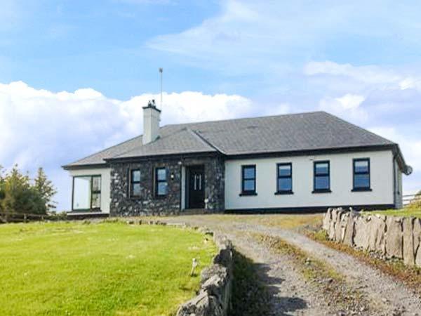 MULROCK WEST HOUSE, ground floor, en-suite, WiFi, lawned garden, near Ballinderreen, Ref 913347 - Image 1 - Ballinderreen - rentals
