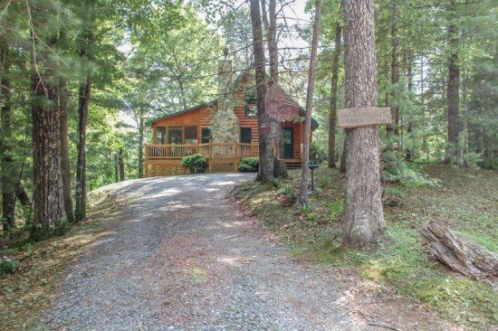 MAJESTIC PINES- 2BR/1BA- CABIN SLEEPS 4, JACUZZI, WIFI, HOT TUB, WOOD BURNING FIREPLACE, SCREENED PORCH, SCREENED PORCH, CHARCOAL GRILL, STONE FIRE PIT! ONLY $99/NIGHT! - Image 1 - Blue Ridge - rentals