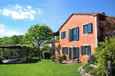 Villa La Vetrichina offers a lovely terrace, welcome dinner and housekeeping - Image 1 - Tuscany - rentals