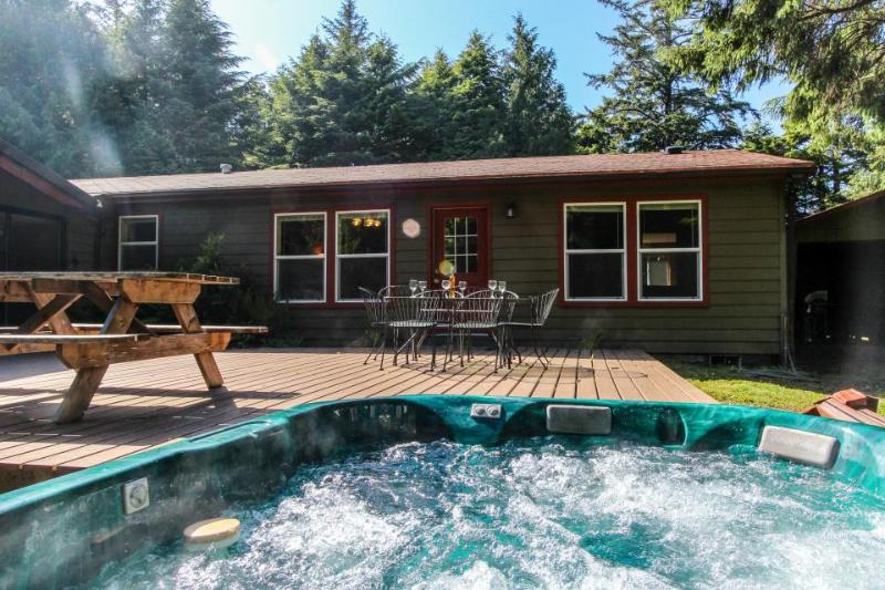 Pet-friendly  w/hot tub; deck; game room; basketball court - Image 1 - Waldport - rentals