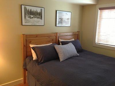 BELLE VIEW : Enjoy a restful night's sleep in the master bedroom with either a king bed or 2 twin beds - Belle View - Golden - rentals