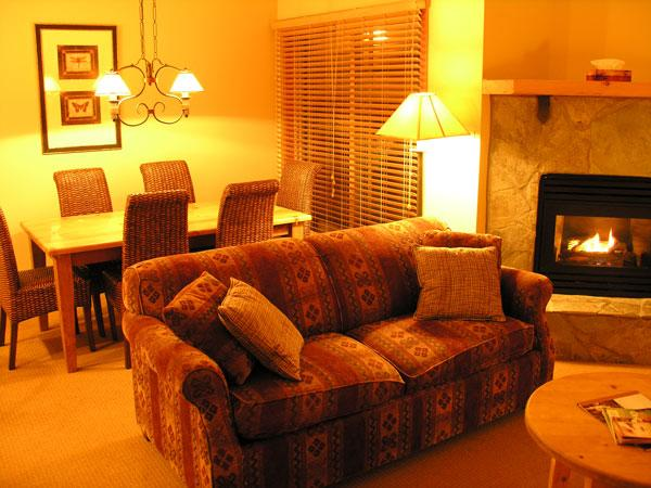 TABLE MOUNTAIN : Relax by the fireplace or enjoy the Rocky Mountain vistas from the dining table and breakfast bar - Table Mountain - Golden - rentals