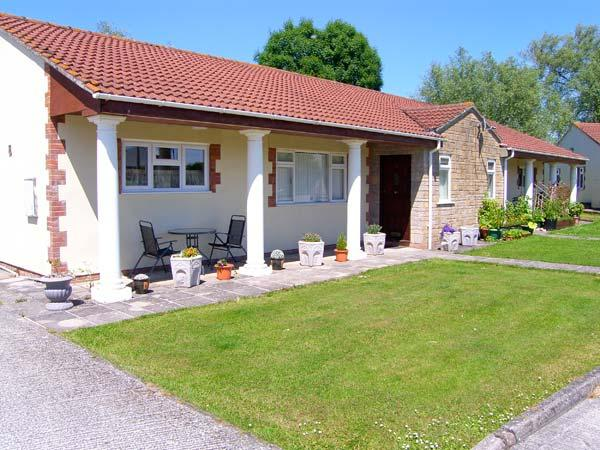 BRAMLEYS, pet friendly, country holiday cottage, with a garden in Burtle, Ref 9852 - Image 1 - Wedmore - rentals
