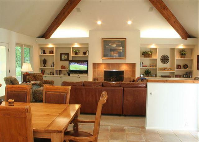 Dining and Living Room - Impressive Sunriver Home with Great Kitchen and Sunroom On the Golf Course - Sunriver - rentals