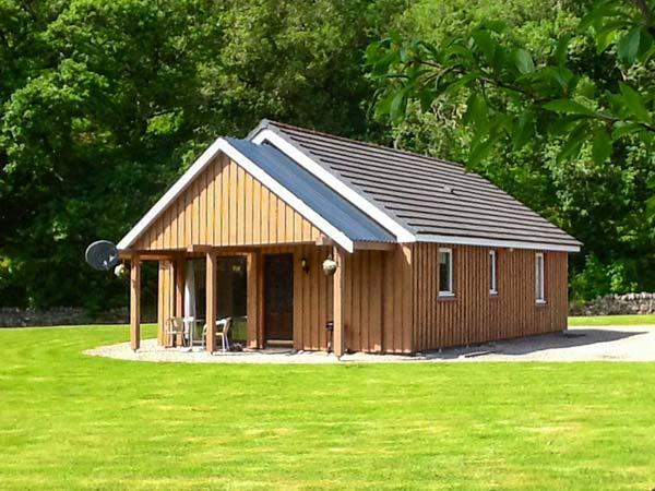 PEBBLES COTTAGE, single-storey lochside cottage, patio, garden, Strathpeffer Ref 904200 - Image 1 - Strathpeffer - rentals