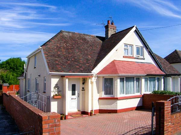 DUNROMIN, en-suite, WiFi, garden furniture, close to beach, Ref 904604 - Image 1 - Llandudno - rentals