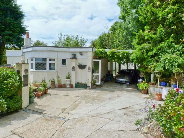 MANANA, woodburning stove, WiFi, mature gardens with furniture, views over the Luccombe Downs, Ref 904981 - Image 1 - Shanklin - rentals