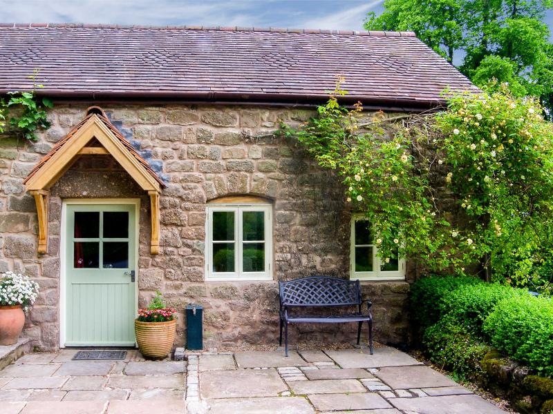 ANNE'S COTTAGE, woodburning stove, patio with furniture, great base for walking, Ref 914155 - Image 1 - Penallt - rentals
