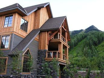 RIDGEVIEW CHALET: Wake up with an exclusive view of the mountain lying in your king size bed. This beautifully designed home offers comfort and style in a mountain setting right at the base of the ski hill. - Ridgeview Chalet - Golden - rentals