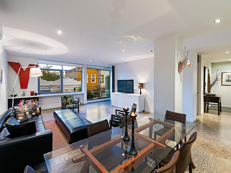 The large and airy lounge with widescreen TV & free wifi - Soho52  Location+ Glamorous apartment on city edge - Melbourne - rentals