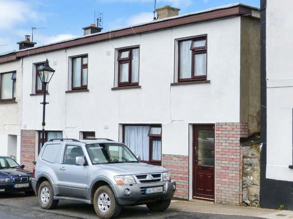 THE TOWNHOUSE, open fire, garden with furniture, views of river, Ref 913956 - Image 1 - Roscahill - rentals