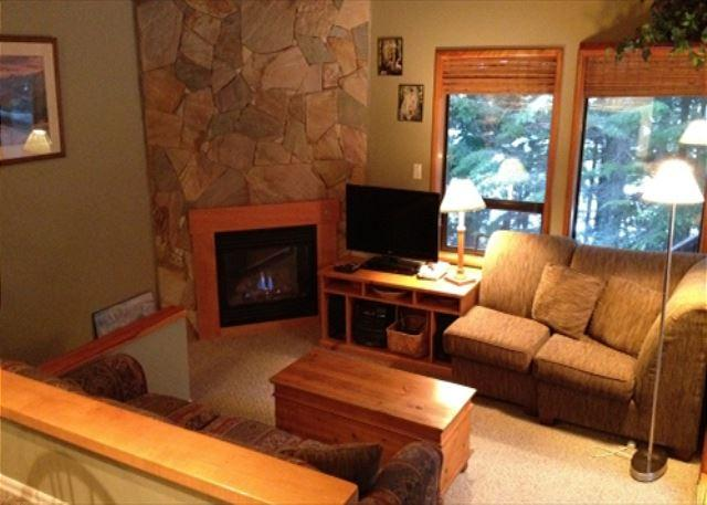Living room and fireplace - Cedar Hollow 6 - Quiet mountainside location with free parking - Whistler - rentals