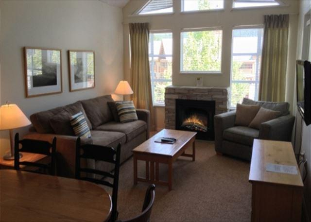 Living area - Glacier Lodge 322 - Upper Village Ski in Ski out with pool and hot tub access - Whistler - rentals