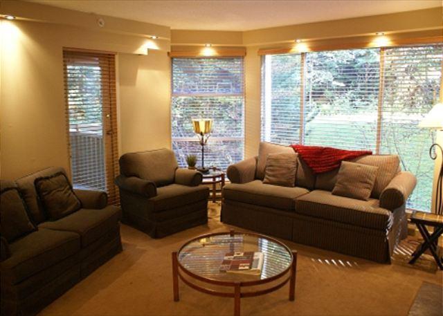 Living Room - Woodrun 318 - Ski in Ski out, Deluxe 2 bedroom condo - Whistler - rentals