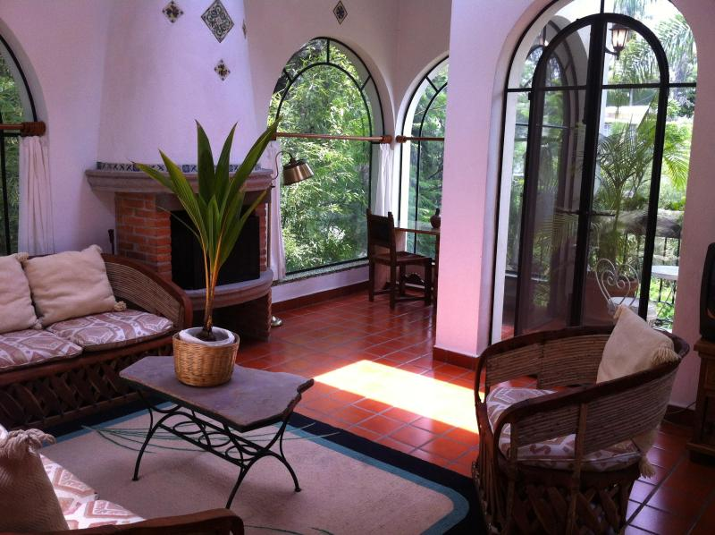Villa Escondida Ventanales amplios que abren a terraza/ Large arched doors that open to terrace. - Villa Escondida-Your Private Mexican House w/ Trop - Cuernavaca - rentals