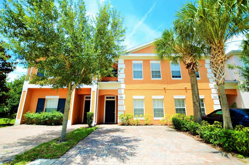 FRONT OF THE HOME WITH PARKING SPACES - Near Disney,Seaworld,4br/3ba townhome With HotTub - Kissimmee - rentals