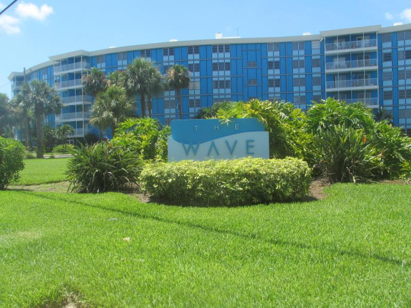 The elegant Wave condo building with 128 units - St. Pete Tropical 1/1 Condo, 4 mi. to beaches! - Saint Petersburg - rentals