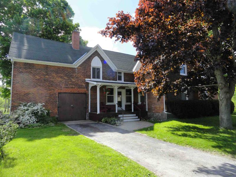 Front of house with drive and porch - Farmhouse in West Lake 5 mins Sandbanks sleeps 16 - Prince Edward County - rentals