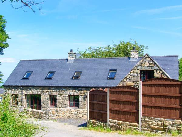 YR HEN EFAIL, woodburner, beach nearby, en-suite, modern, luxury cottage in Llwyngwril, Ref. 912433 - Image 1 - Fairbourne - rentals