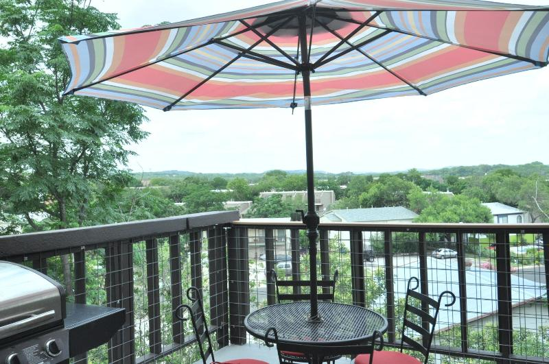 Enjoy the view from the open patio on the 3rd story of a small 6 unit complex - The Heart House 1/1 in Zilker w/ great views! - Austin - rentals