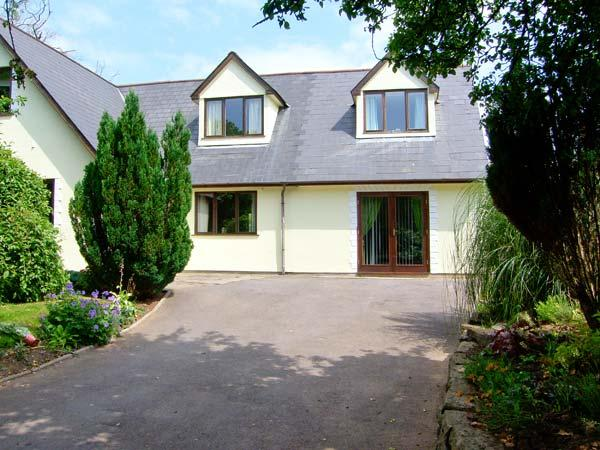 TY MAEN, private lawned garden with furniture, close to pub, great base for touring, Ref 31205 - Image 1 - Bryncethin - rentals