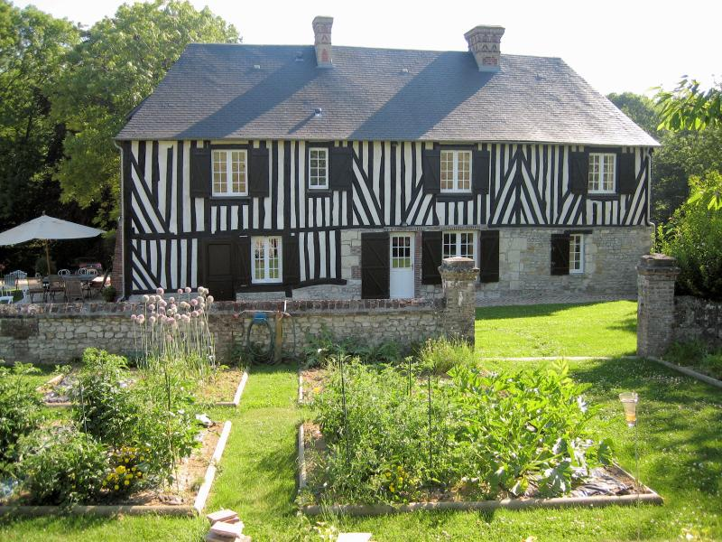 Le Val des Roses – stunning Normandy manor house with 6 bedrooms and fantastic patio - Image 1 - Gonneville-sur-Mer - rentals