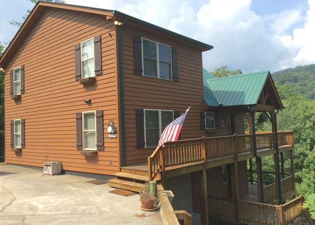 Beautiful cabin home tucked away on a serene mountainside in Townsend! - Image 1 - Townsend - rentals