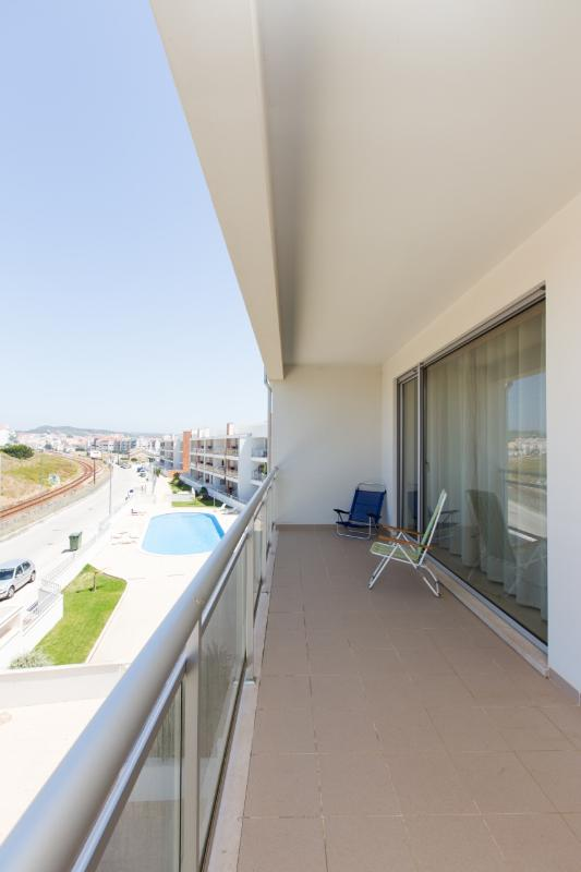 Spacious and Modern 2 Bedroom Air Conditioned Apartment with Pool, Large Balcony with BBQ - Image 1 - Sao Martinho do Porto - rentals