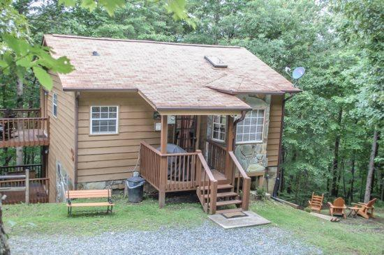 ARAPAHO- 2BR/1BA- ADORABLE WOODED CABIN, FLAT SCREEN TV WITH SATELLITE, GAS LOG FIREPLACE, WIFI, KING BED, WASHER/DRYER, GAS GRILL, AND ONLY 5 MINUTES FROM TOWN! ONLY $79 A NIGHT! - Image 1 - Blue Ridge - rentals