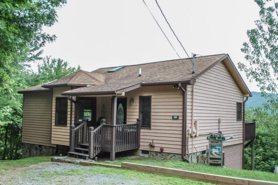 TWIN PEAKS 2/MALU- 1BR/1BA, SLEEPS 2, PERFECT FOR A COUPLE'S RETREAT OR HONEYMOON, EXCELLENT MOUNTAIN VIEWS, INDOOR HOT TUB, GAS GRILL, SATELLITE TV, $109/NIGHT! - Image 1 - Blue Ridge - rentals